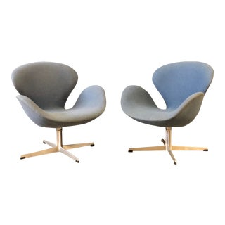 Vintage Pair of Arne Jacobsen Swan Chairs for Fritz Hansen For Sale