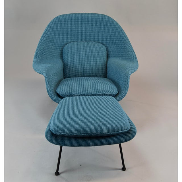 This is an early 1960s (3rd generation), fully restored Eero Saarinen Womb chair and ottoman for Knoll. A mid-century...