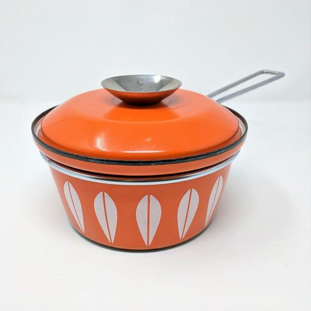 1960s 1960s Vintage Grete Prytz Kittelsen for Cathrineholm Enamel Lotus Saucepan For Sale - Image 5 of 12