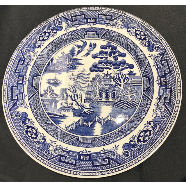 "Chinoiserie 1980s John Tams ""Blue Willow"" England Dinner Plates - Set of 10 For Sale - Image 3 of 7"