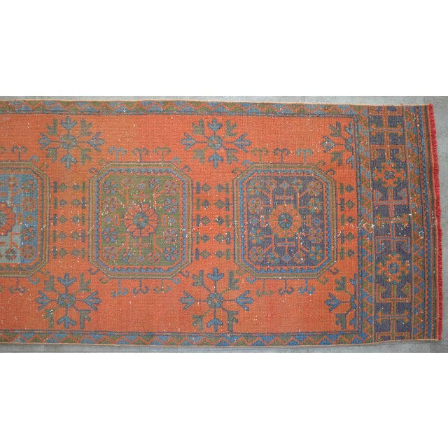 Distressed Oushak Rug Runner Santa Fe Background Hallway Rug- 3'1″ X 11'3″ For Sale In Raleigh - Image 6 of 9