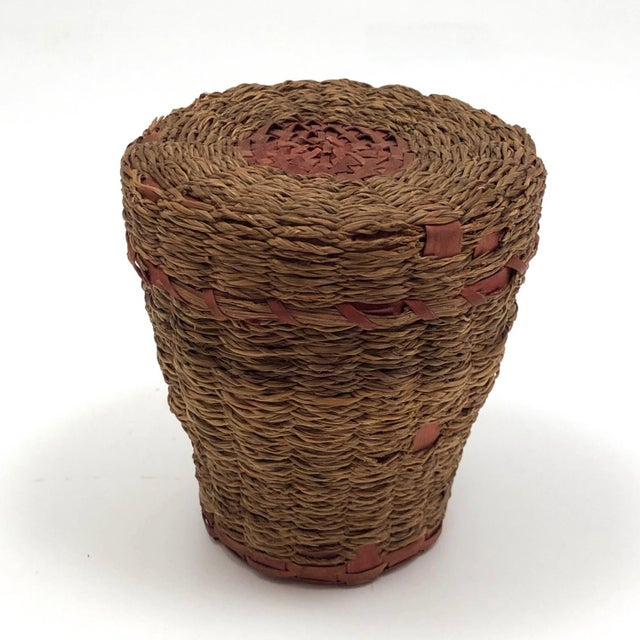 Various Artists 20th Century Primitive Wabanaki Sweetgrass and Dyed Ash Splint Lidded Basket For Sale - Image 4 of 13