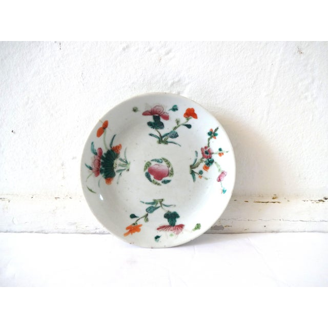 An antique Chinese export famille rose porcelain small plate, dish, or saucer, c. 1736-1795, Qianlong period. Light...