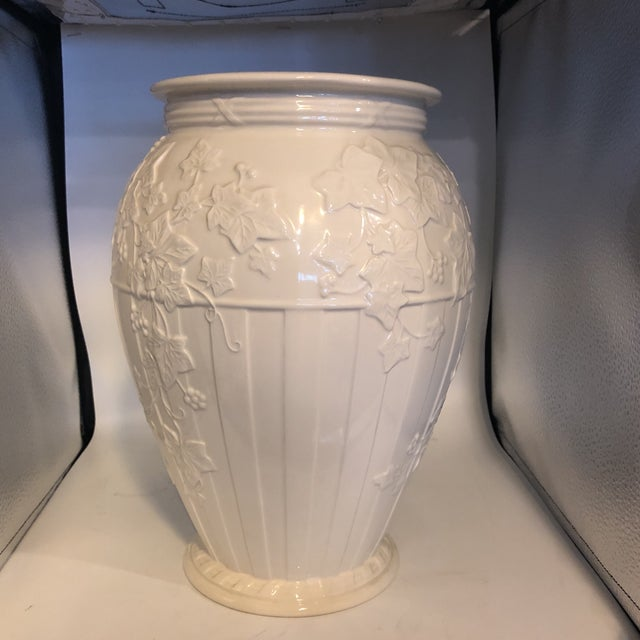 1990s Hollywood Regency Wedgwood Classic Gardens Cream Fluted Vase For Sale In Miami - Image 6 of 6
