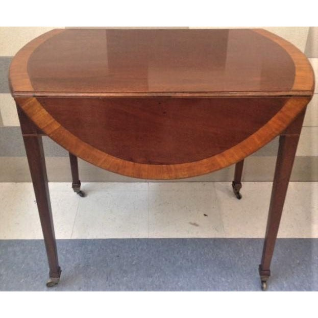 Beautiful antique English Hepplewhite inlaid mahogany Pembroke table with satinwood banded edge and a single drawer. The...