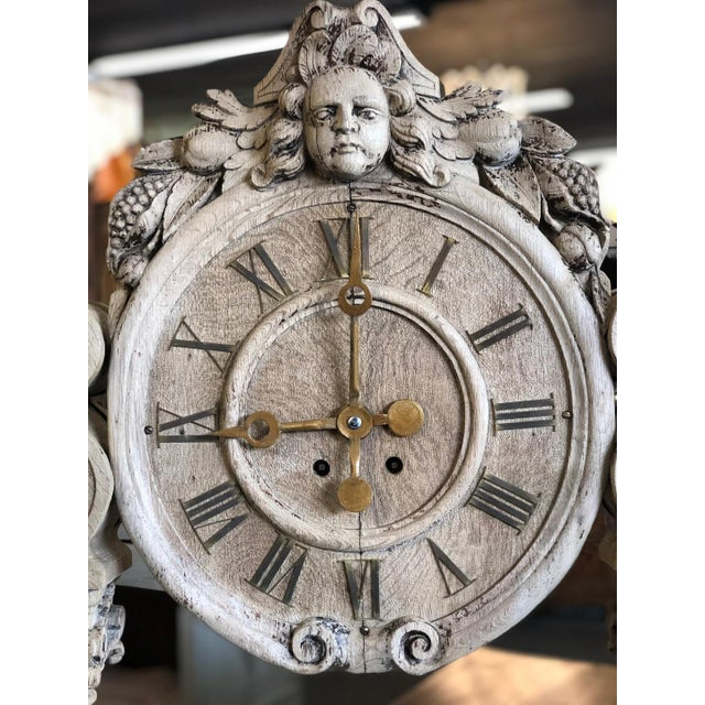 This beautiful French Renaissance clock has fluted pillars and ornate foliate carvings.