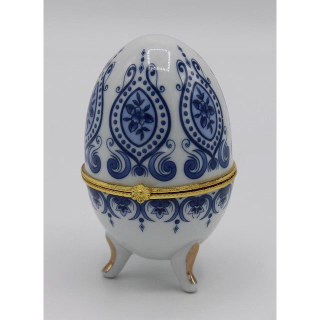 French Floral Blue and White Porcelain Ovoid Ring Box For Sale - Image 3 of 13