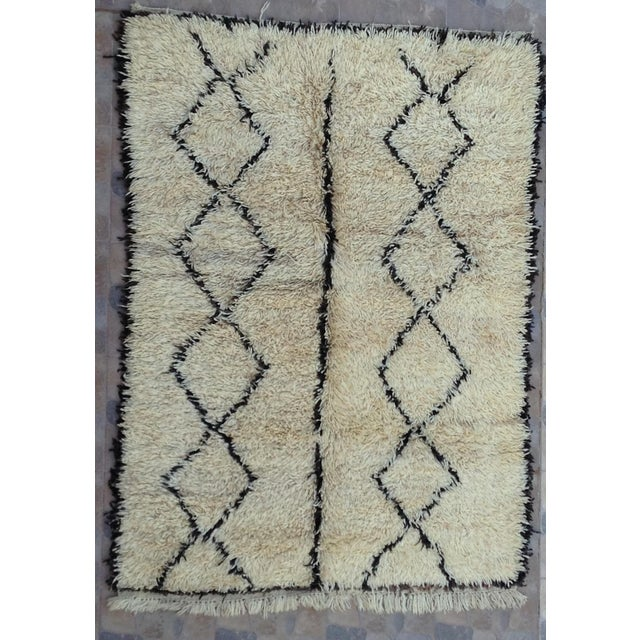 White 1980s Beni Ourain rug- 5′ × 7′ For Sale - Image 8 of 8