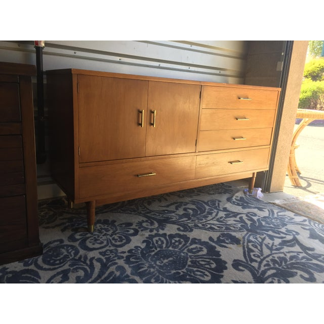 """Contemporary Drexel """"Biscayne"""" Mid-Century Style Walnut 2-Piece China Cabinet For Sale - Image 3 of 13"""