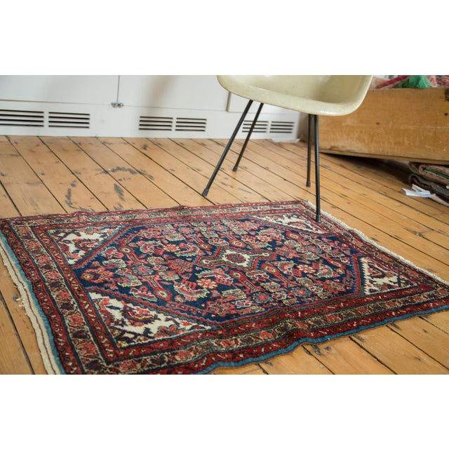 This rug features a diminutive diamond-shaped center medallion that is embellished with minor elongated pendants. An all-...