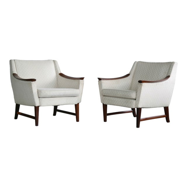 Danish Midcentury Pair of Lounge Chairs in Walnut in the Style of Ole Wanscher For Sale