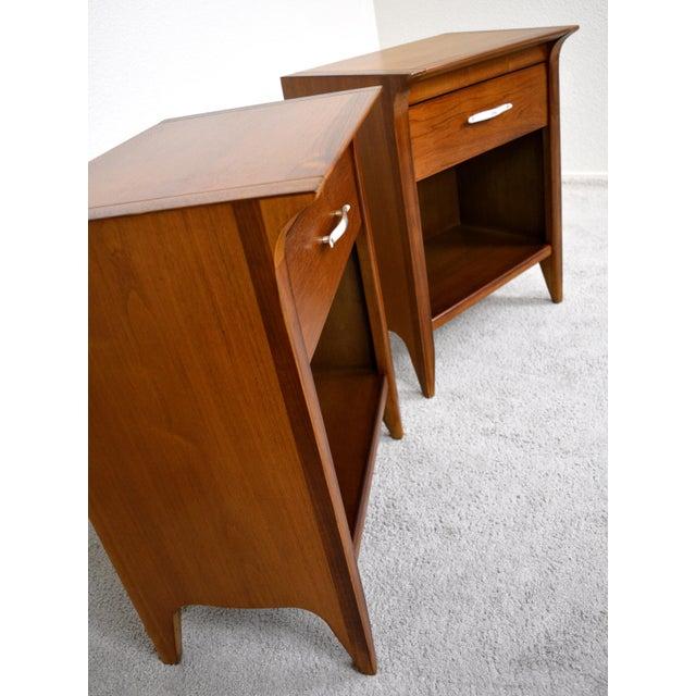"Wood 1950s Drexel ""Profile"" Dresser and Nightstands Set by John Van Koert - Set of 3 For Sale - Image 7 of 8"