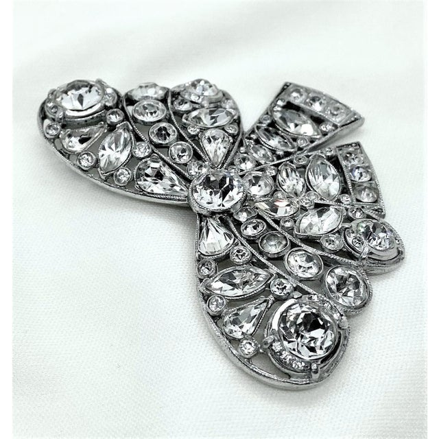 1940s Rhodium-Plated Clear Faceted Stone Bow Brooch For Sale - Image 4 of 8