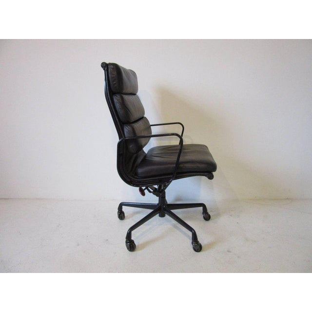 Mid-Century Modern Eames Soft Pad Aluminium Group Executive Chair in Dark Eggplant by Herman Miller For Sale - Image 3 of 8
