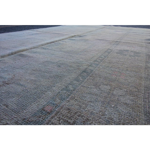 Mid 20th C. Vintage Antique Tribal Oushak Neutral Soft Hand Knotted Turkish Rug - 4'9 X 8'7 For Sale - Image 4 of 6