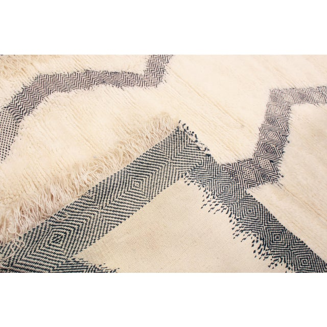 2010s Moroccan White and Black Wool Rug With Pile - 8′7″ × 12′6″ For Sale - Image 5 of 6