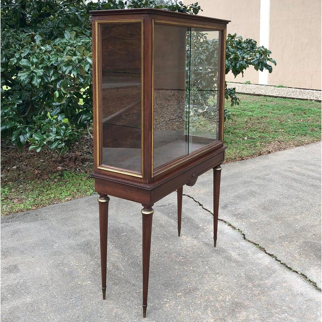 English 1900s Antique French Louis XVI Vitrine For Sale - Image 3 of 13