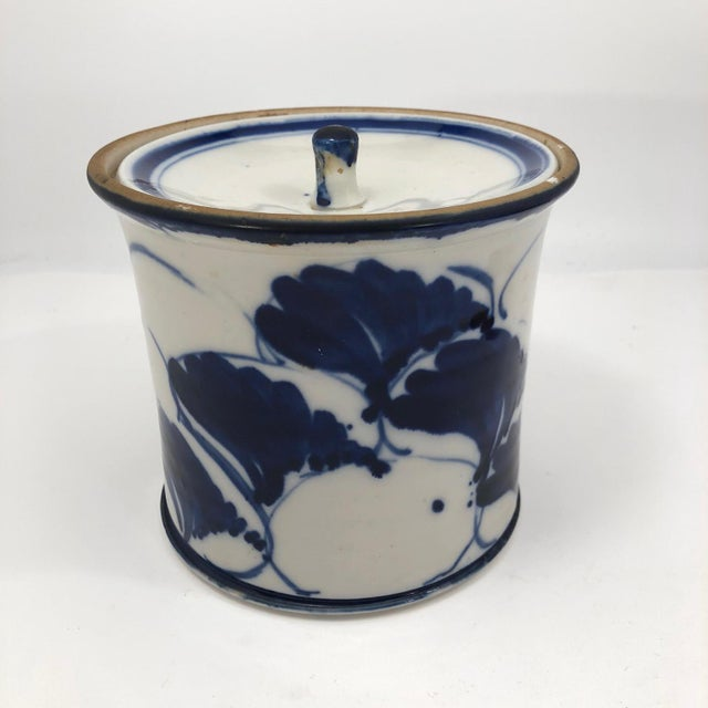 Early 20th Century Blue and White Lidded Porcelain Mizusashi With Handpainted Ginko Leaf Design For Sale - Image 5 of 13