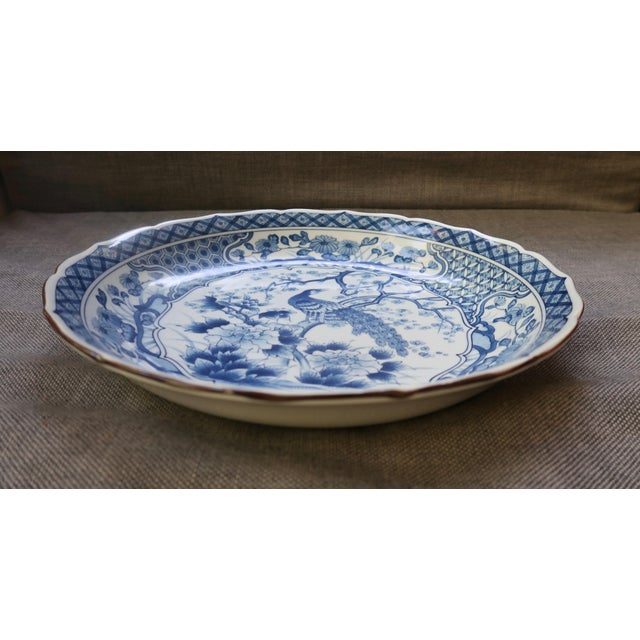 Chinoiserie Chinese Blue and White Charger With Scalloped Edges For Sale - Image 3 of 9