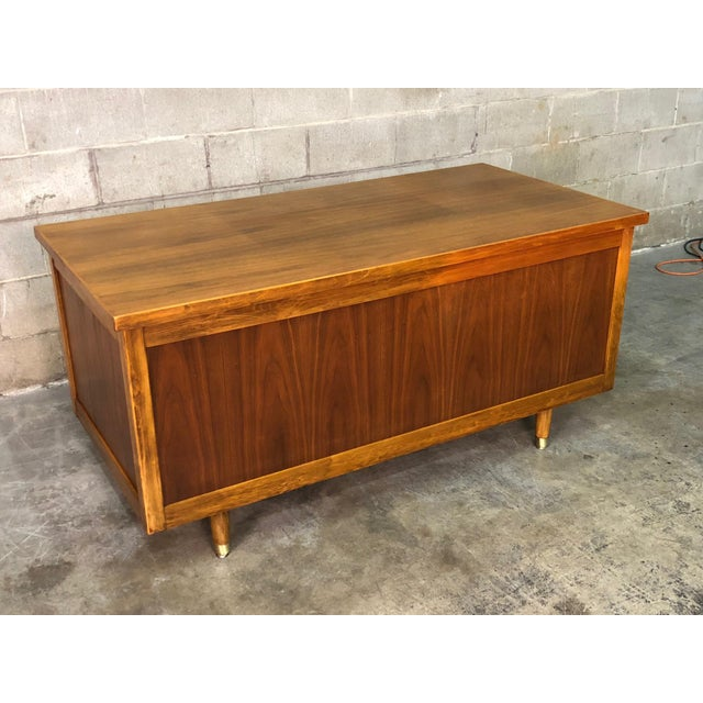 """Brown Indiana Mid-Century Modern Executive Desk 30"""" X 60"""" Top For Sale - Image 8 of 13"""