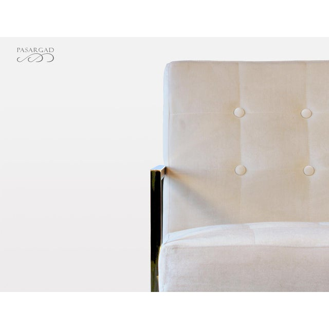 Experience the ultimate comfort with this modern leisure chair. Featuring a sleek modern design with a touch of...