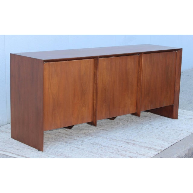 Stunning 1960s Robsjohn-Gibbings for Widdicomb walnut credenza. Newly refinished with 6 drawers and two adjustable shelves.