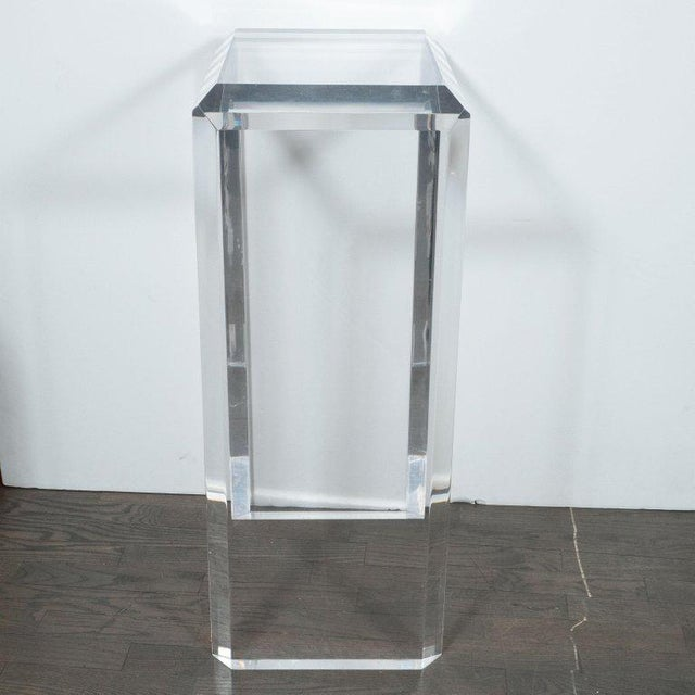 1970s Mid-Century Modern Translucent Lucite Rectilinear Bevelled Waterfall Pedestal For Sale - Image 5 of 7