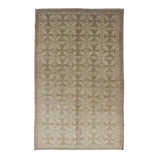 Keivan Woven Arts, En-603, Vintage Turkish Oushak Rug in Taupe in Taupe and Neutrals For Sale