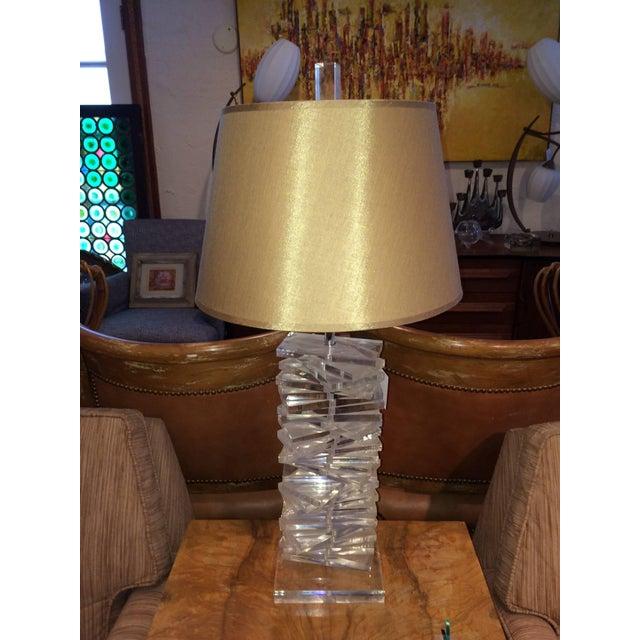 Hollywood Regency Hollywood Regency Sculptural Helix Lucite Lamp For Sale - Image 3 of 11