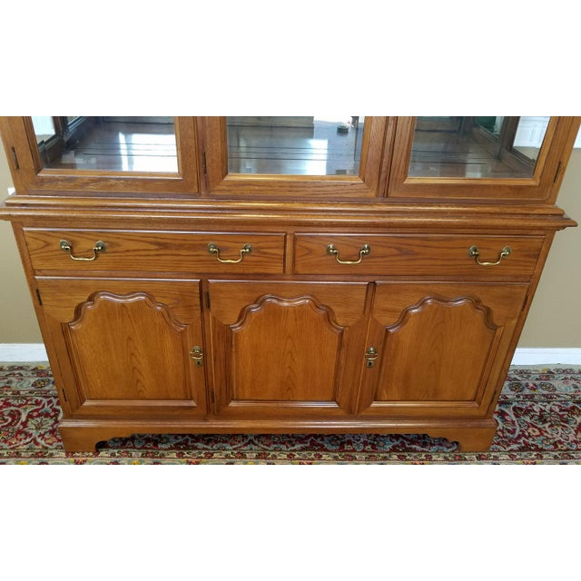 1990s Oak Drexel Heritage Carleton Collection Dining Room China Cabinet - Image 9 of 11