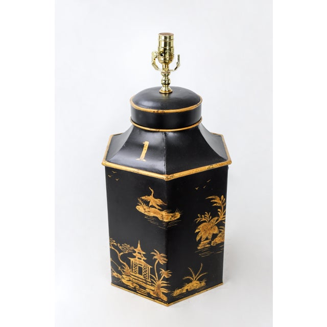 No. 1 Chinoiserie Handpainted English Export Hexagonal Tole Tea Caddy Lamp For Sale - Image 4 of 6