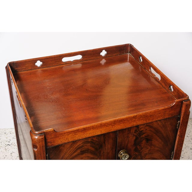 Lovely, English mahogany night stand, George III, 1760-1820. Flame mahogany doors to a cabinet and a pull out drawer...