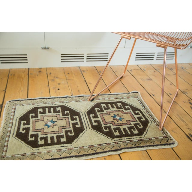 Double crab style medallions with smaller star-shaped medallions inside. Great contrast in this bold rug mat. Colors and...