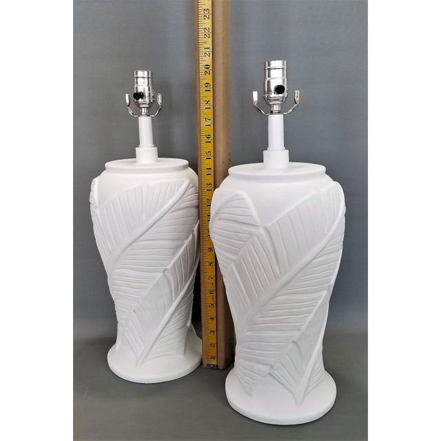 1980s White Plaster Palm Leaf Lamps - a Pair - Vintage Mid Century Modern Tropical Coastal Palm Beach Banana Tree Nautical For Sale - Image 5 of 12