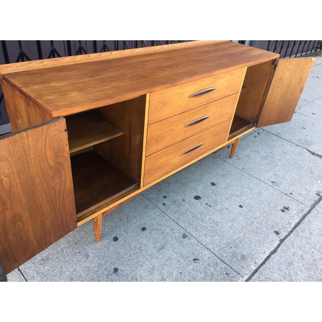 Broyhill Tan Sculpture Credenza - Image 5 of 10