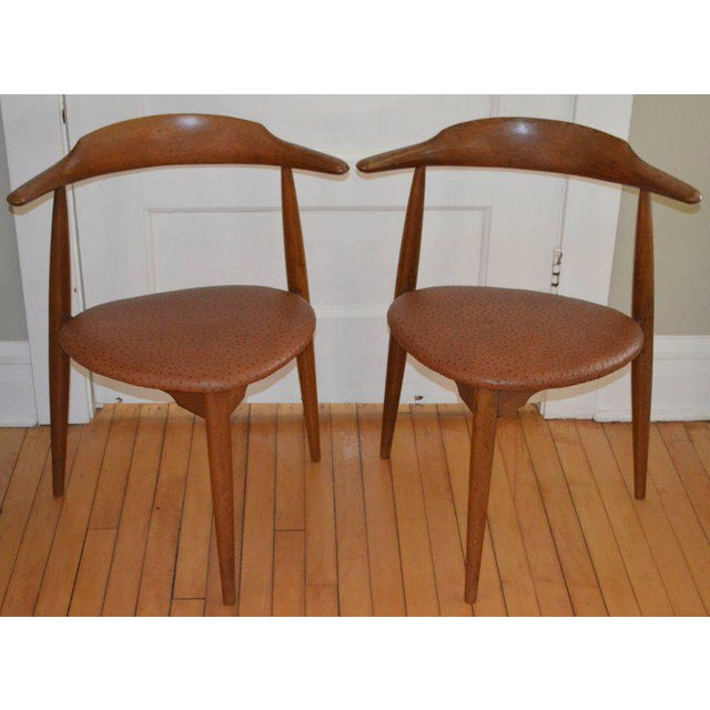 Animal Skin Hans Wegner Midcentury Heart Chairs in Oak and Ostrich Leather, Pair For Sale - Image 7 of 11