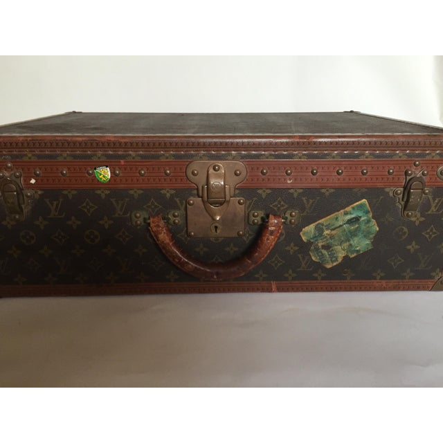 French Mid 20th Century Louis Vuitton Alzer 65 Luggage With Tray For Sale - Image 3 of 8