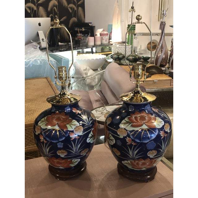 Vintage Chinoiserie Navy Blue & Orange Lotus Floral Brass Pagoda Table Lamps - a Pair For Sale - Image 12 of 13
