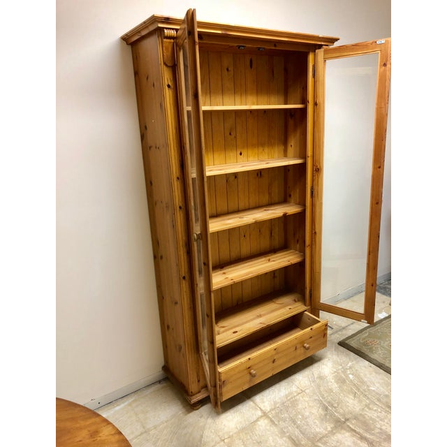 1900 - 1909 1900s American Classical Pine Glass Front Bookcase For Sale - Image 5 of 10