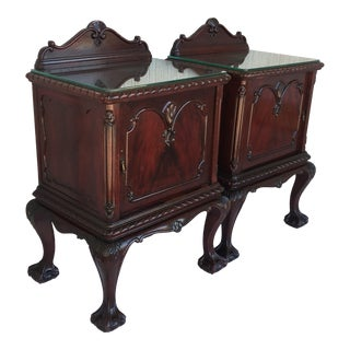 George III Period Walnut Pair of Nightstands or Bedsides With Glass Top and Door For Sale