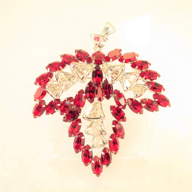 Offered here is a Vendome rhodium-plated brooch embellished with Austrian crystals from the 1950s. The three-dimensional...