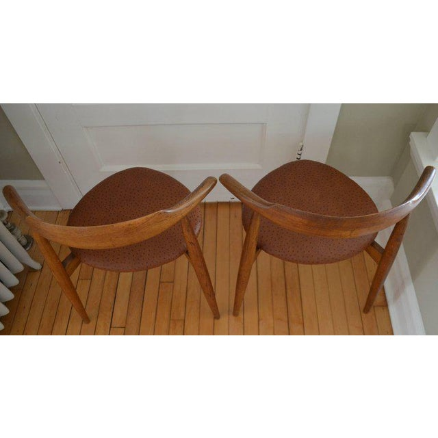 Mid-Century Modern Hans Wegner Midcentury Heart Chairs in Oak and Ostrich Leather, Pair For Sale - Image 3 of 11
