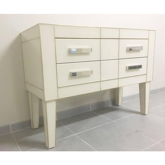 Chest of drawers/Commode in white cream mirrored glass. Two drawers with brake, silent closing. Depth of the drawers:...