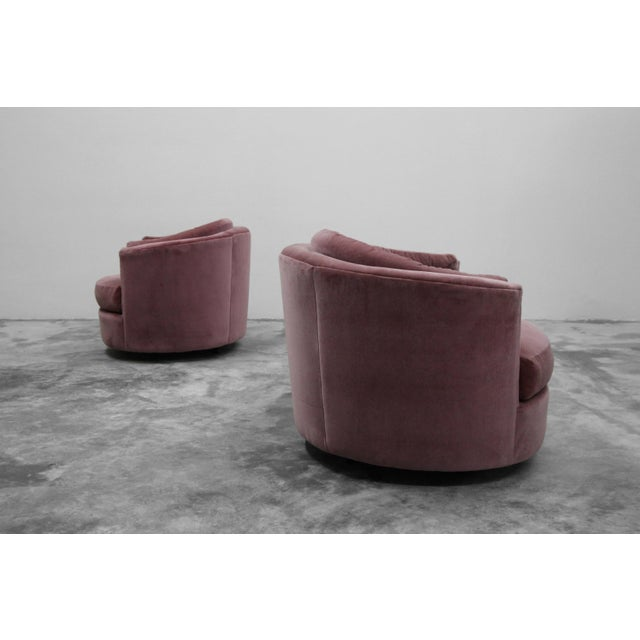 Mid-Century Modern Large Pair of Mid-Century Swivel Tufted Back Barrel Chairs by Milo Baughman For Sale - Image 3 of 7