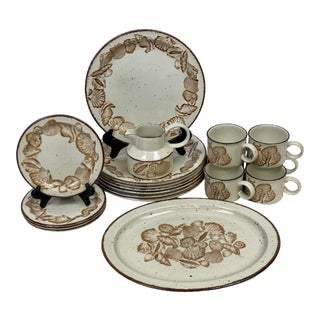 1980s Stonehenge Midwinter Wedgwood Seascape Dinnerware - Set of 18 For Sale
