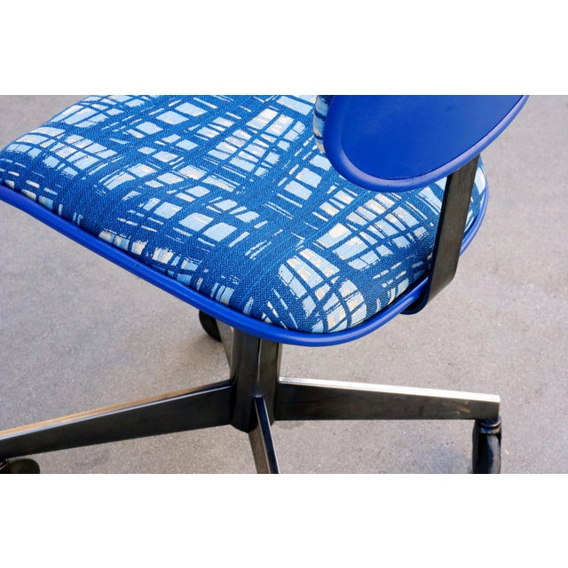 1980s Vintage 80s Chrome Steelcase Task Chair With Abstract Fabric For Sale - Image 5 of 7