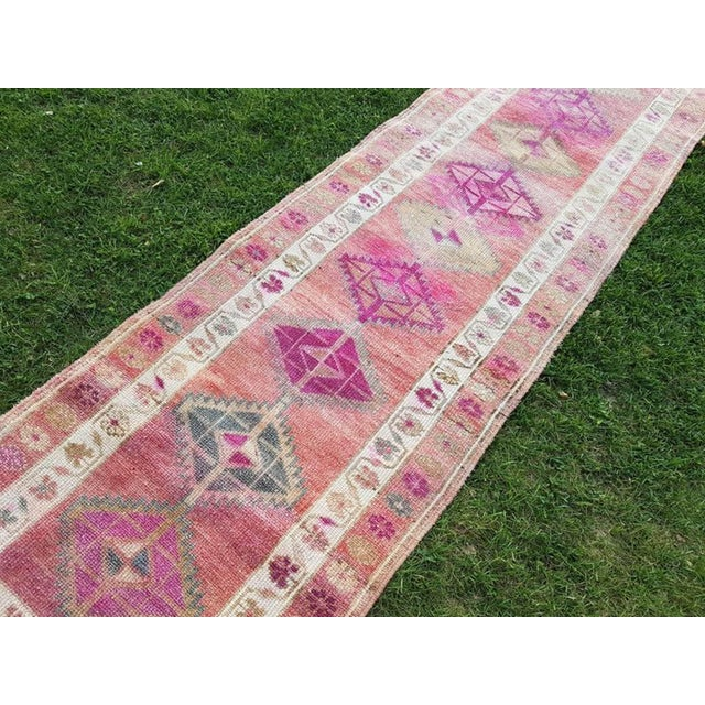 Pink 2.8 X 12.7 Vintage Boho Chic Hand Knotted Muted Coloured Carpet, Anatolian Kurdish Runner With Multi Medallion Design, Long Oushak Hall Rug For Sale - Image 8 of 11