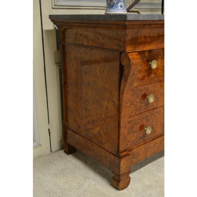 Circa 1815-30 Restauration Burl Elm 4 drawer Commode . Features a stunning patina of matchbook burl Elm, original drawer...