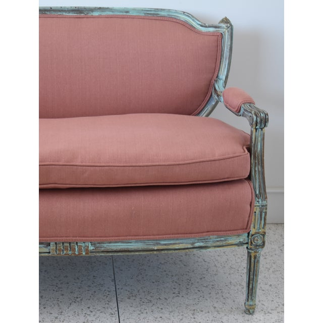 Cottage Rose Linen Upholstered Turquoise and Gold Gilt Accented Settee Loveseat For Sale - Image 3 of 13