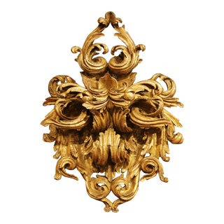 19th Century French Louis XV Carved Giltwood Ornament With Acanthus Leaf Decor For Sale